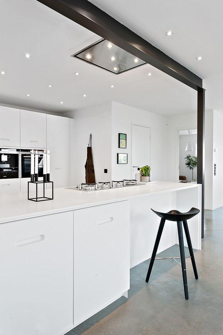 Läckert designkök från Ballingslöv i öppen planlösning mot matsal och vardagsrum. Kök i vitt med installerad gasspis, kyl, frys, diskmaskin samt inbyggd ugn och kaffemaskin.