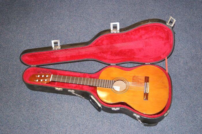 Jose Ramirez Estudio 1980  José Ramirez Estudio 1980INFO:José Ramirez is beroemd om zijn extreem dure concertgitaren. Dat zijn de 1A modellen uit de werkplaats van Ramirez.Eind jaren 70 heeft José Ramirez-III de 'Estudio' ontworpen wat een groot succes geworden is. Deze gitaar was beter betaalbaar en had toch het beroemde Ramirez geluid.TOESTAND: Mijn Estudio klinkt luid en krachtig zoals een Ramirez hoort te klinken. Er zit een lelijke golpeador (slagplaat) op. De vorige eigenaar heeft deze…