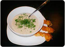 Underbart smakrik soppa på färska eller torkade trattkantareller. Soppan går utmärkt att laga i förväg för att bara värmas när den ska ätas. Smördegsstängerna är pricken över i och ska gräddas strax innan de ska ätas. Har du inte haft någon svamplycka? Torkade trattkantareller kan du köpa i välsorterade livsmedelsbutiker!