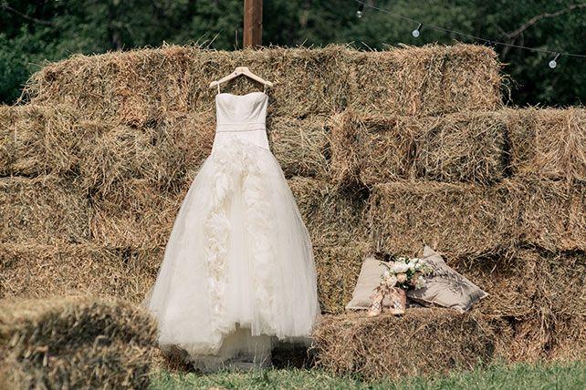 Любовь как кулинарное искусство, платье невесты на фоне стога сена