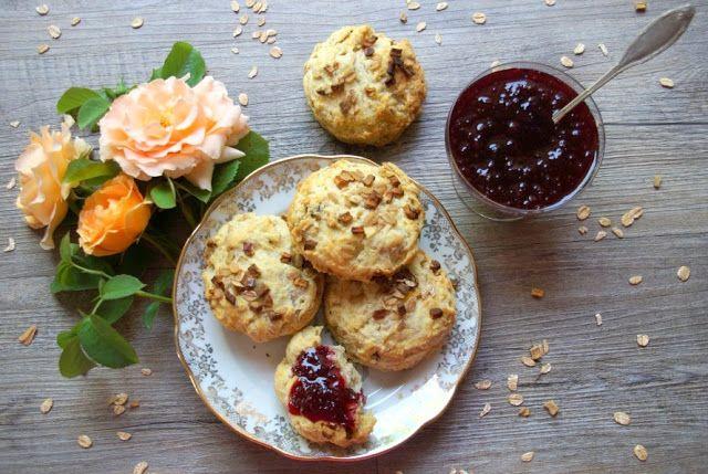 Bienvenue chez Spicy: Petit déjeuner un peu anglais - scones d'habermus, oeufs brouillés, coppa et melon