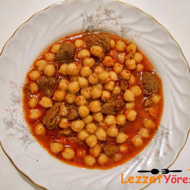 En güzel mutfak paylaşımları için kanalımıza abone olunuz. http://www.kadinika.com Etli Nohut yemeği  Malzemeler:  2 su bardağı nohut  150 gr kuşbaşı doğranmış et  1 orta boy soğan  1 yemek kaşığı tereyağ  1 yemek kaşığı sıvı yağ  1 Yemek kaşığı domates salçası  1 yemek kaşığı biber salçası  1 tatlı kaşığı un  1 tatlı kaşığı kırmızı biber  1 çay kaşığı karabiber  5 su bardağı su  Tuz  Hazırlanışı  Nohutları bir gece önceden soğuk suyla ıslatın. Ertesi gün sıcak su koyduğunuz tencerede…