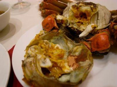 虹橋迎賓館ホテルの敷地内にあるレストランで、上海蟹の有名店。高級感が漂う店内は完全個室になっている。料理は陽澄湖産の蟹を使った蟹尽くしのフルコースのみで600元から。15%のサービス料が加算される。ベストシーズンは9月から11月で、予約がおすすめ。日本語のメニューもある。