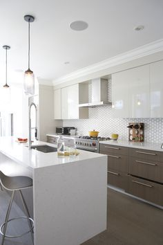 """White wall cabinets vs """"woody brown"""" low level cabinets. Handels on the low level, none on the high level (guess you can mix handles then) Unusual shaped backsplash tiles really give a nice effect. (also range cooker in modern kitchen)"""