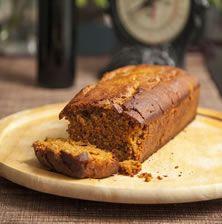 Κι όμως αυτό το κέικ δεν περιέχει ούτε ίχνος σοκολάτας. Παρόλα αυτά αν δαγκώσετε έστω και μια φετούλα θα νομίζετε ότι η γεύση στο στόμα σας έχει πλημμυρίσει από τη γνώριμη, γλυκιά σοκολατένια υφή! Για όλο λοιπόν τούτο το γευστικό αποτέλεσμα οφείλεται στο υγιεινό «σιρόπι» του χαρουπιού