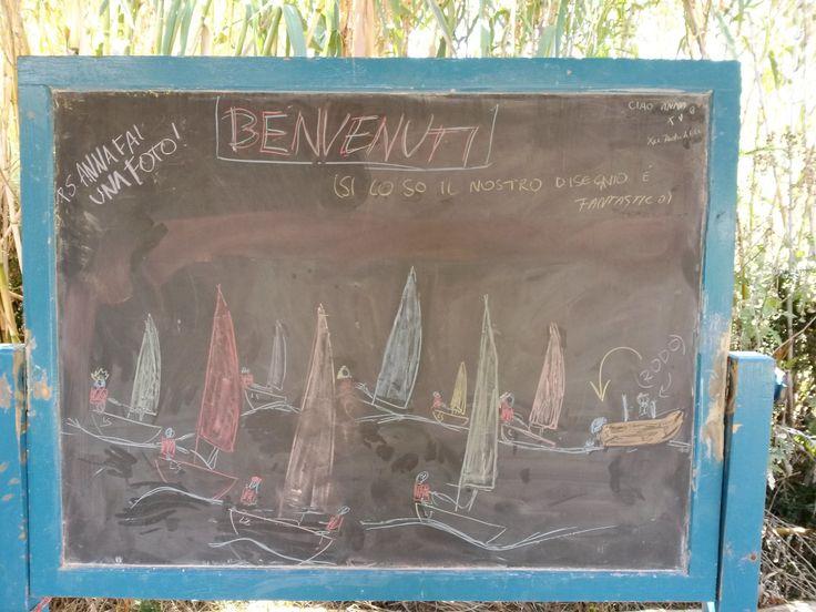 Il disegno sulla lavagna a Calabattaglia che gli allievi del corso precedente, 16-23 Agosto, hanno fatto per accogliere gli allievi in arrivo! Benvenuti a tutti :) #LNV2015 #estate2015 #summer #vela