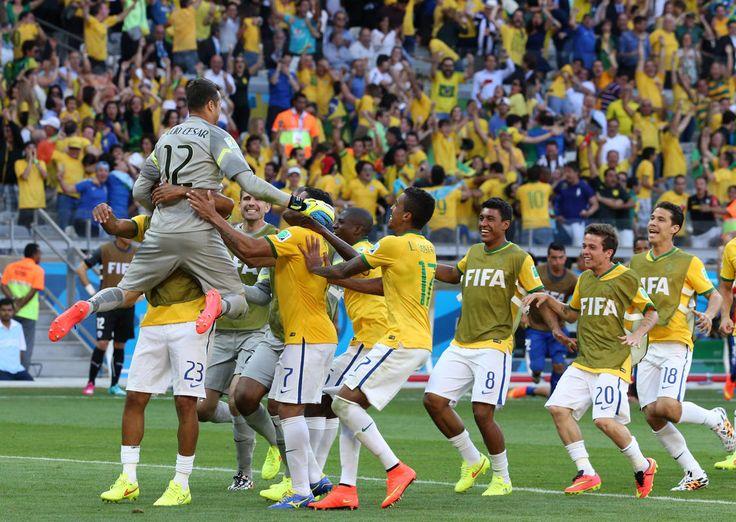 Júlio César Jogadores correm para abraçar Júlio César após as penalidades contra o Chile. 28/06/2014.