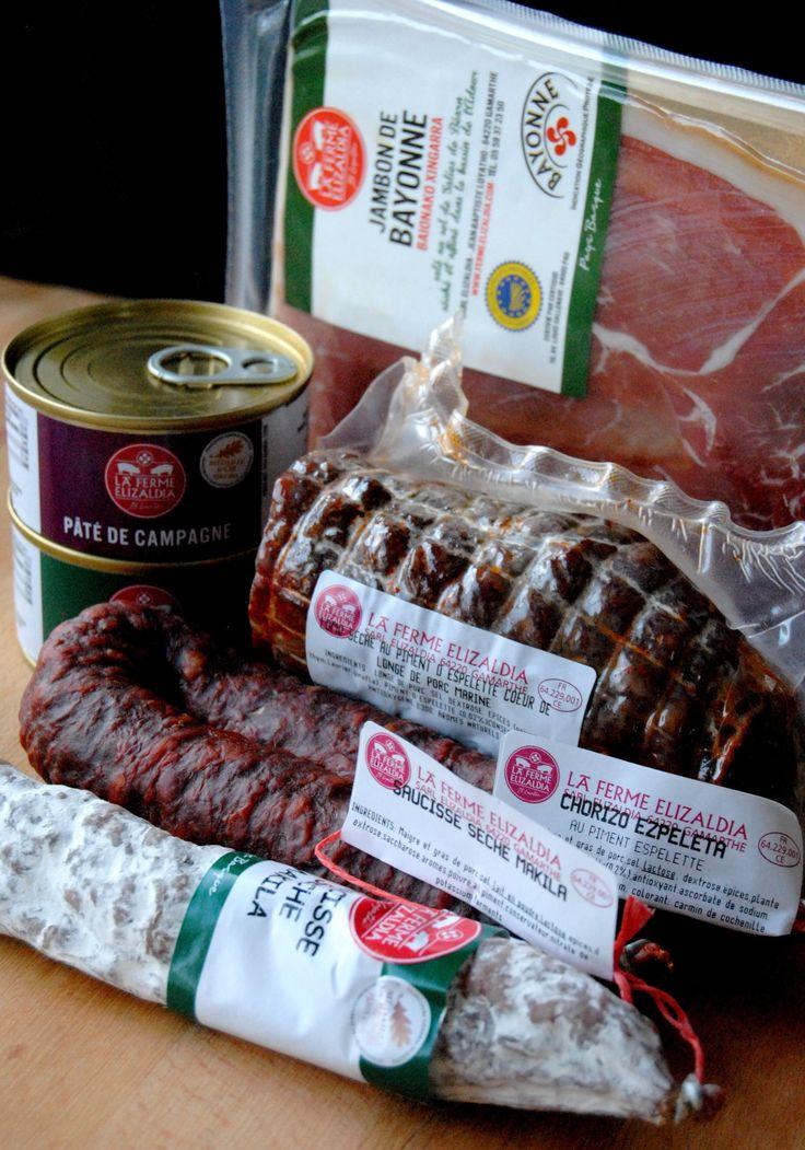 """La Ferme Elizaldia c'est """"De notre fermeà votre assiette"""" des produits entièrement élaborés à la ferme, charcuterie, produits frais et conserves traditionnelles du Pays Basque.    Leur secret de réussite réside dans le choix de matières premières de qualité et de la réalisation à la ferme selon des méthodes traditionnelles de toutes les étapes de la"""
