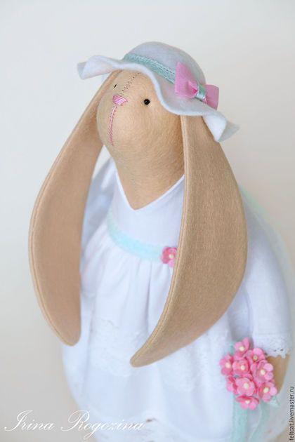 Купить или заказать 'Мята и роза' свадебные зайцы в подарок на свадьбу в интернет-магазине на Ярмарке Мастеров. Интерьерные текстильные игрушки ручной работы. Свадебные зайцы. Зайчики выполнены из фетра и хлопка. Жених заяц в костюме нежного мятного цвета, а невеста в прекрасном белом свадебном платье. Платье украшено хлопковым кружевом, поясом мятного цвета с цветком и красивым бантом сзади. Под платьем белые панталончики с бантами и туфли. В лапке букет невесты с хлопковыми кружевными…