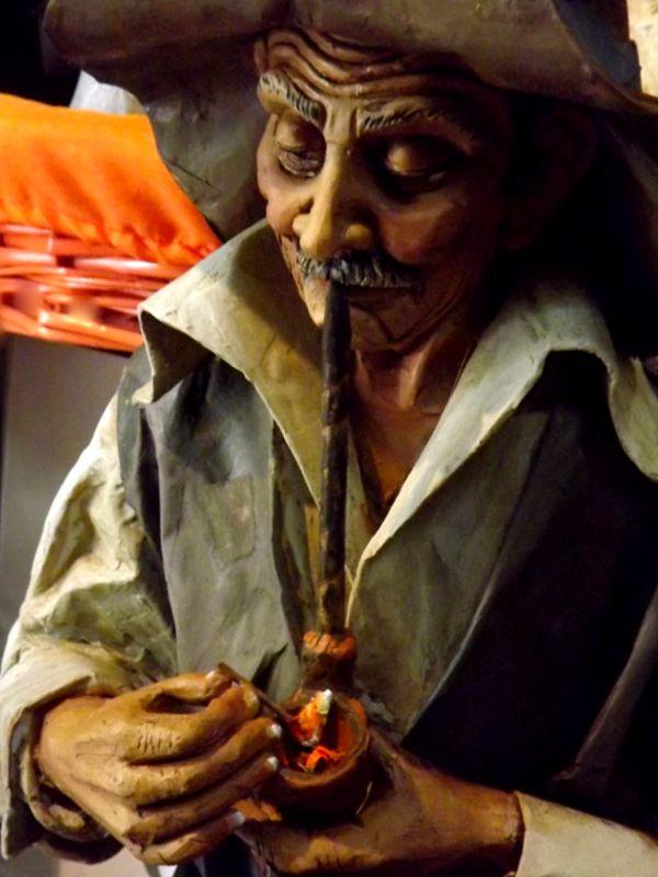 scultura in cartapesta,fumatore di pipa