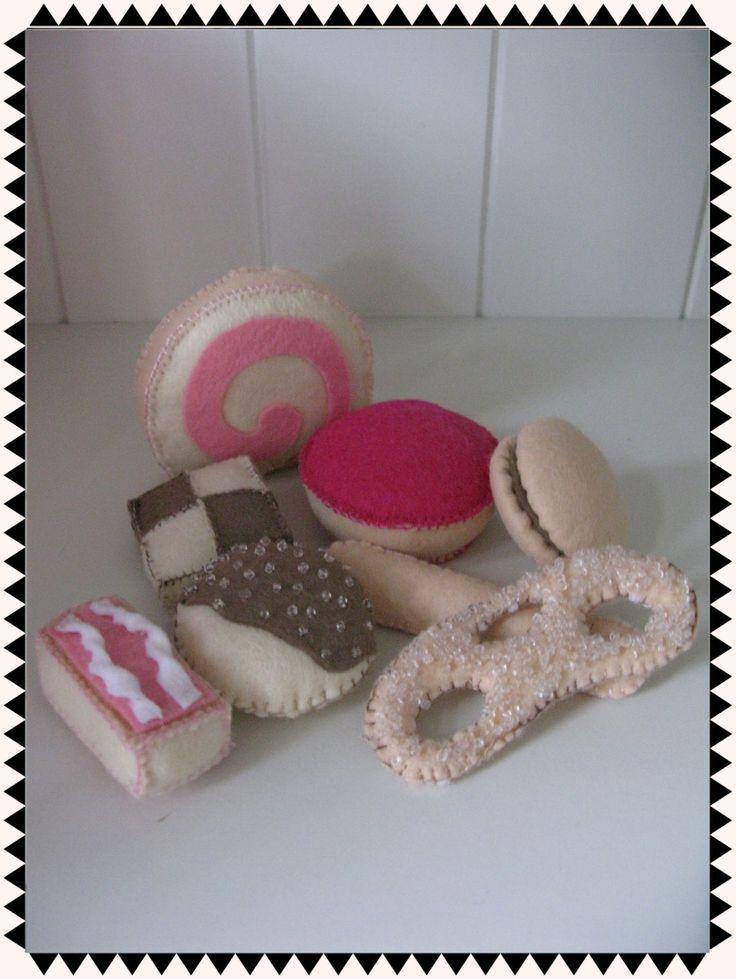 Allerlei verschillende koekjes gemaakt van vilt.  * Plak cakerol * Roze koek * Lange vinger * Macaron * Krakeling * Tompoes * Chocolade-vanille koekje * Chocolade koekje met suiker  Alles is met de hand gemaakt.  www.kadotiek.com