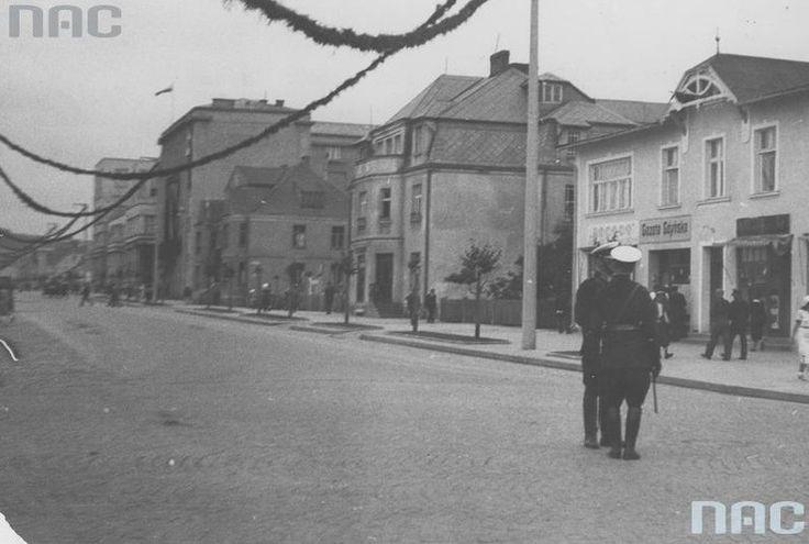 """Budynek """"Gazety Gdyńskiej"""". Rok 1932 Widok na ulicę 10 Lutego. Na fotografii po prawej stronie znajduje się dom wójta Jana Radtkego, pierwszego polskiego sołtysa i wójta Gdyni. Dom wybudowany został w 1912 r., mieściła się w nim siedziba """"Gazety Gdyńskiej"""", jednej z pierwszych gazet, które pojawiły się w Gdyni."""