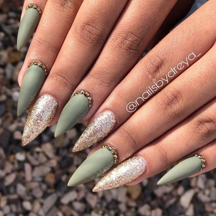 Wunderschönes, hellmattes Olivgrünes Stiletto-Design mit Diamanten und Gold