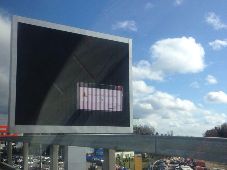 Замечательный дешевый плеер управляет этим экраном у  аэропорта Шереметьево