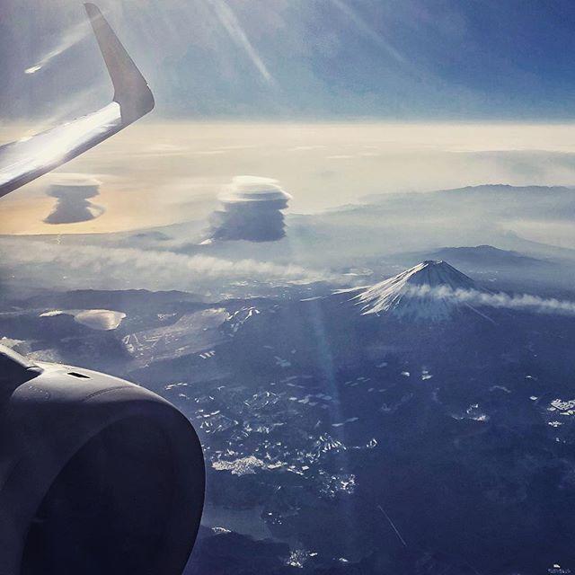wacamera on Instagram pinned by myThings Mt. Fuji with double Lenticularis. 成田7:50発 高松行きのジェットスターから富士山が見えたのでiPhoneで撮影、ツイッターにあげたら、思わず左の2つの吊るし雲(教えていただきました)が珍しかったようでフィーバーしたのでこっちにもあげちゃえ作戦。 香川、美しくて美味しいです。 明日は小豆島に向かうよー( ●´◡`● )