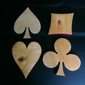 Poháralátét treff (♣), káró (♦), kőr (♥), pikk (♠) formájú.