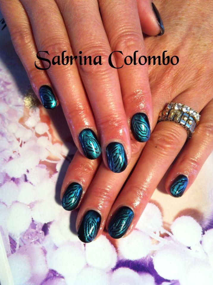 Copertura in gel su unghie naturali sfondo black con deco astratta in blu