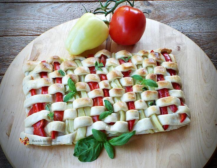 Pizza vegetariana, cu rosii, ardei si mozzarella