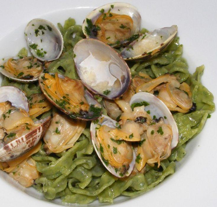 Un primo piatto di pesce per realizzare in cucina una ricetta di pasta semplice e gustosa.Un piatto di tagliolini che combina il sapore del pesto a quello delle vongole per realizzare in cucina una ricetta di pasta dal sapore diverso...