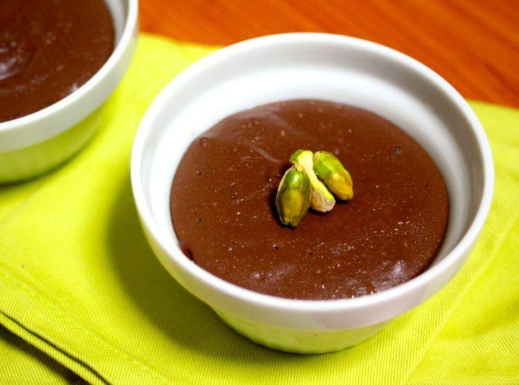 チョコレートブリュレ水 1/4カップ ・粉寒天 小さじ1(2g) ・ココナッツミルク 2カップ(400g) ・甘酒(濃縮タイプ) 200g ・ココアパウダー 大さじ3 ・くず粉 大さじ3 ・塩 ひとつまみ ・アガベシロップ 大さじ1〜2(甘酒の種類によっては甘さが異なるので、味をみてアガベシロップを調整する。) ・ラム酒、またはバニラエッセンス 少々