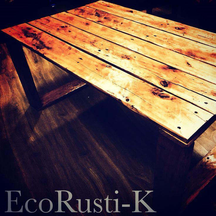 Mesa con diseño simple uso de madera recicladas de palets