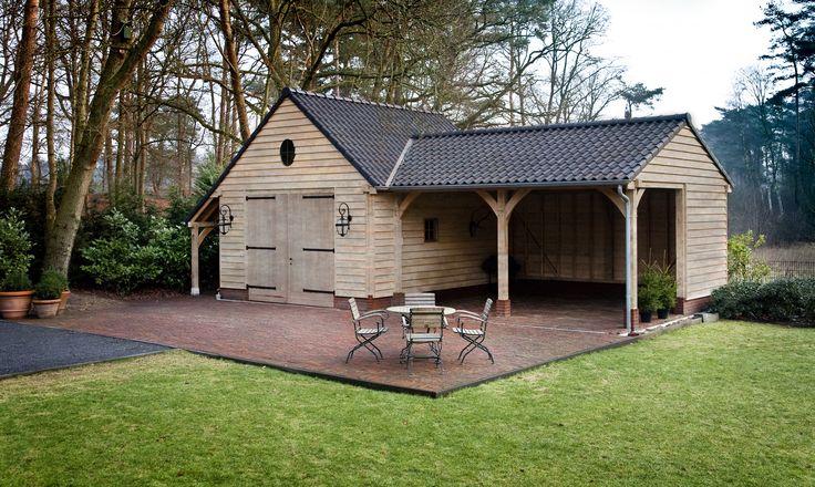Eiken garage met overdekt terras. Aan de linkerzijde is een houtberging voorzien.