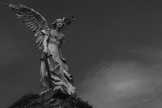 первом ангел с мечом статуя картинки улочки, церковь колониальном