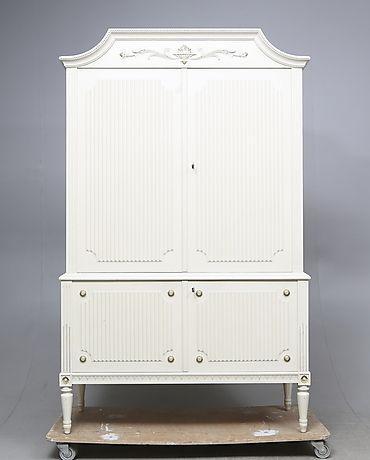 SKÅP, gustaviansk stil, 1900-tal. Möbler - Skåp & Hyllor – Auctionet