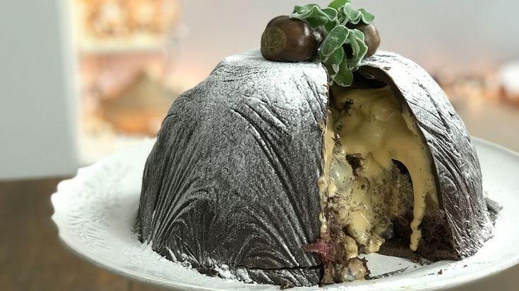 Σοκολατένια τούρτα βόμβα με καραμέλα, η τούρτα της χρονιάς: Με τραγανή σοκολάτα που σπάει και ξεχύνεται η καραμελο-βυσσινο-σοκολατένια γέμιση. Κι όταν την γευτείς είναι ακόμα καλύτερη από ότι ακούγεται. Αυτή η τούρτα μένει χαραγμένη στη μνήμη και στον ουρανίσκο σου για καιρό!   ΧΡΟΝΟΣ ΠΡΟΕΤΟΙΜΑΣ