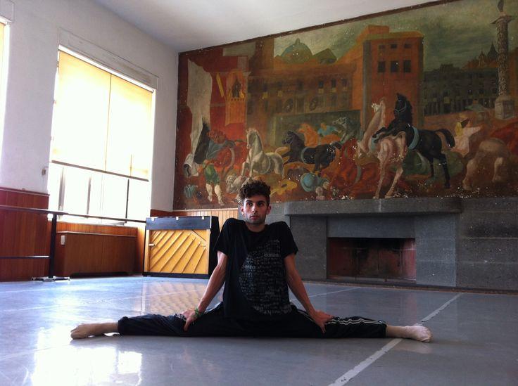 una spaccata....in una foto...un dipinto  - In sala all'Accademia Nazionale Di Danza, mi streccio prima di ogni prova, prima di ogni esibizione, si come quando conosci una persona , solo un cuore caldo può lasciare un segno e far innamorare.