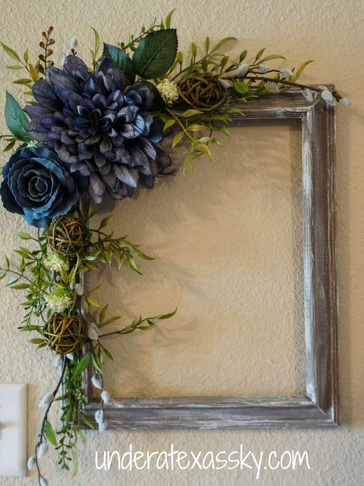 Picture Frame Wreath I like these colors for Halloween. Maybe set a skeleton wearing a festive hat inside the frame.