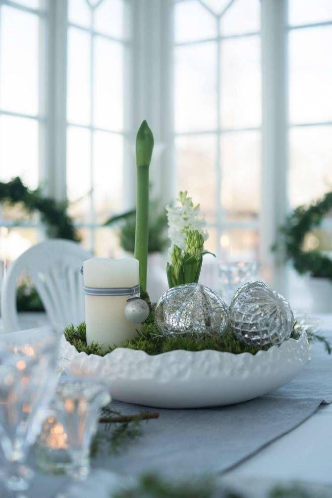 VACKER JUL I TRÄVILLAN: Det enkla är det vackra. Glas och ljus är hör julen till, liksom blommor – massor av hyacinter och andra julblommor   Lantliv