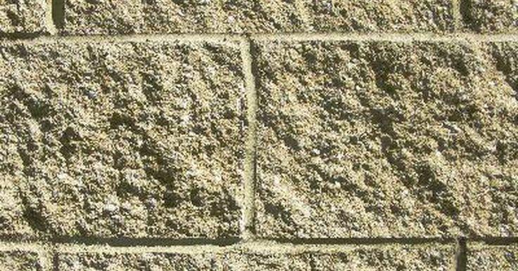 Tipos de bloques de concreto. El bloque de concreto es un material de construcción compuesto de cemento Portland, arena, agua y otros aditivos que se utiliza en sustitución del concreto vaciado en la elaboración de paredes, zapatas y muchas otras estructuras. Es posible encontrar este material en una amplia gama de variedades concebidas con la finalidad de adaptarse a diversas ...