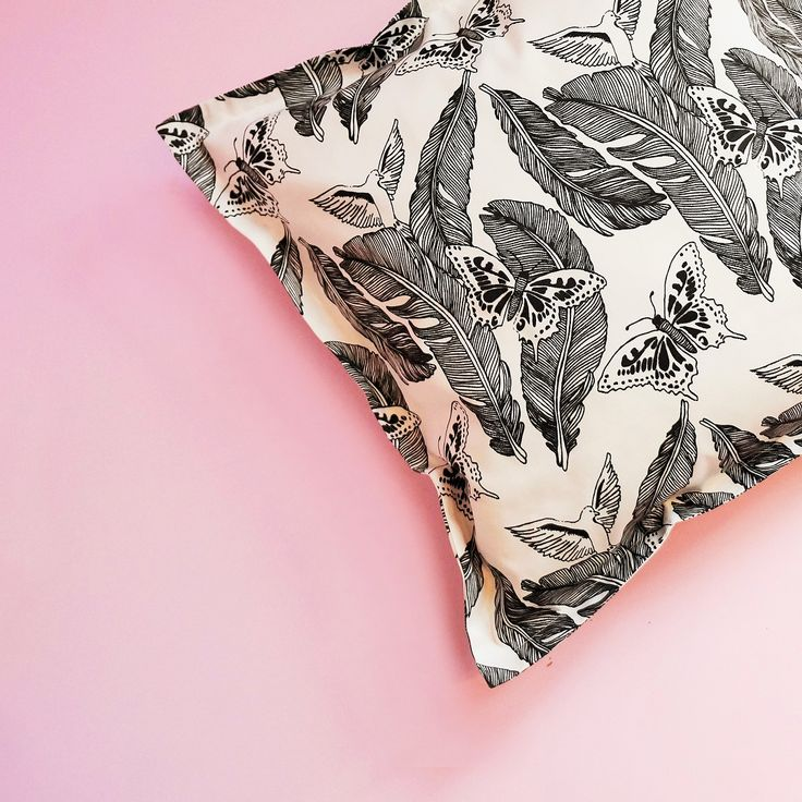 Now there are Cushion Covers with the Majken pattern available in the webshop. The size is 50x50cm with zipper closure. Made in a cotton twill fabric.  .  .  .  .  .  .  .  .  .  #feathers #print #printdesign #pattern #patterndesign #textiles #textiledesign #design #designer #home #interior #interiordesign #style #handprinted #decor #hem #koti #sisustus #inredning #inredningsdetaljer #interiorinspo #hjem #casa #fjäder #ruterknektdesign