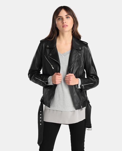 Cazadora perfecto realizada en piel en color negro. Tiene dos bolsillos, adorno de cremalleras en los puños y bajo con hebilla.