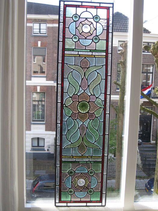 Prachtige Deco Amsterdamse School hand-gebrandschilderd glas-in-lood met mozaïek stukjes met speciale lenzen mondgeblazen glas, raamhanger - ca. 1900