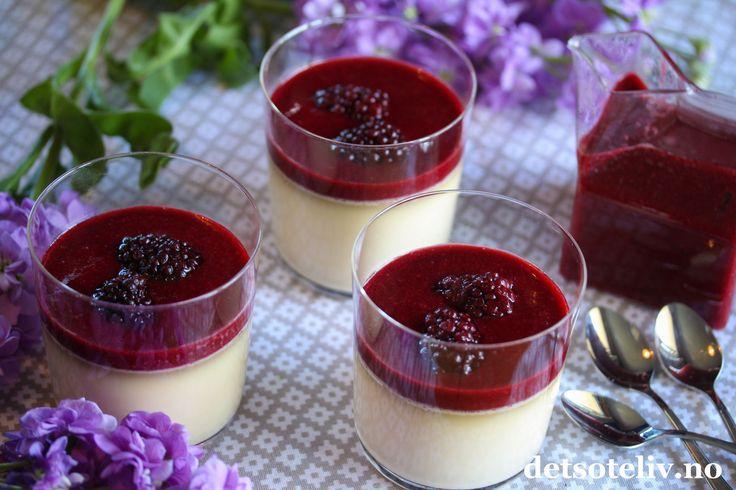 """Panna cotta er en super dessert som er likt av de fleste! Vaniljepuddingen kan toppes med ulike frukter, bær og sauser og du finner allerede mange varianter her på Det søte liv. Denne gangen lagde jeg en nydelig bjørnebærcoulis (""""coulis"""" er bare et fjongt navn på ulike typer hjemmelaget bærsaus ). Det går fint å bruke frosne bjørnebær som fås kjøpt hele året. Hvis du vil, kan du bruke akkurat samme oppskrift med bringebær. Se også eget innlegg med Panna cotta med jordbærcoulis."""