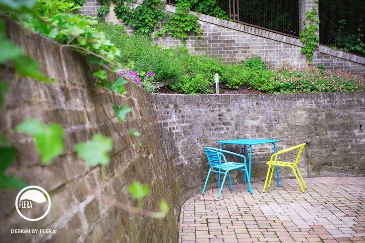 Moderné záhradné posedenie s farebnými stoličkami a stolom