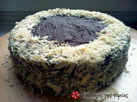 Υπέροχη τούρτα σοκολάτας. Πανεύκολη και χωρίς πολλά αυγά ούτε σιρόπιασμα. Τη βρήκα στο youtube από το Cooking With Sugar και εντυπωσιάστηκα από την ευκολία της αλλά και τη σοκολατένια γεύση της. Είπα να τη μοιραστώ μαζί σας. Το διαφορετικό που έχει είναι ότι μοιάζει με την τούρτα σοκολάτας του Starbucks, η δικιά μας όμως θα είναι ολόφρεσκη και με δικά μας υλικά. Ελπίζω να σας αρέσει.