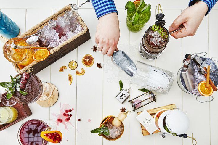 """Миксологи ресторана """"Гастрономика"""" работают для вас не покладая рук. Приходите пробовать наши коктейли! #bar #cocktails #bartender #mixology #fun #gastronomika #ginzaproject"""