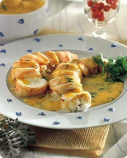 Aragosta con salsa al coriandolo.  Ingredienti: per 6 persone  2 aragoste del peso di circa 600 g l'una, vive 2 carote piccole 1 cipolla media 1 mazzetto di prezzemolo 2...
