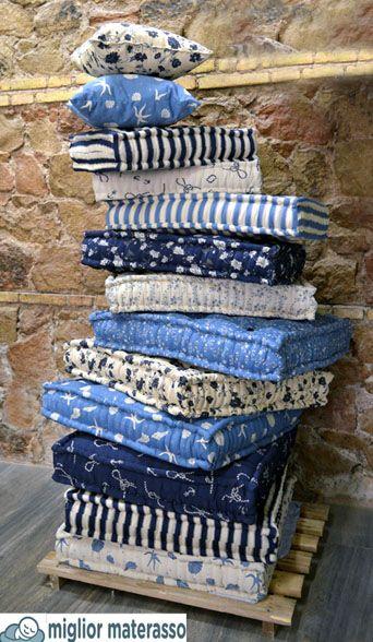 piramide di cuscini colorati per sedute da giardino, arredamento interni