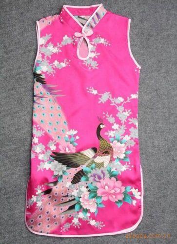Roze Chinese jurk met 1 knoopsluiting op de hals. Smal model met rittsluiting onder de oksel in het zijpand. 100% polyester zonder stretch.  Model: Mulan