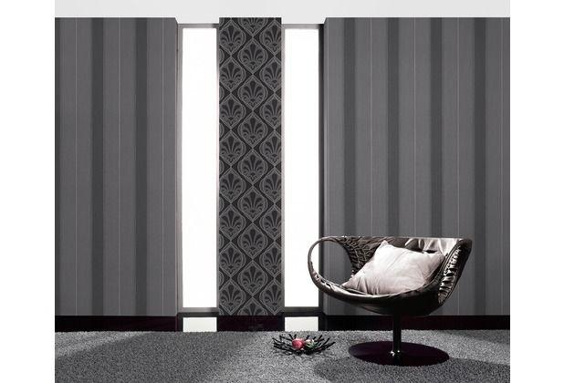 Verschiedene Grautönen lassen sich schön kombinieren. In Verbindung mit den Ornamenten wirkt die gestreifte Tapete edel und modern.   #Tapete #Tapetenidee #Wanddekoration #Schlafzimmer #Wohnzimmer #Esszimmer #Küche #Ornamente #Hertie