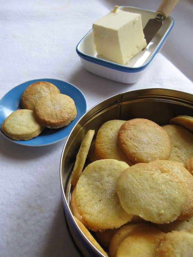 danesi al burro:250 g farina -225 g burro a temperatura ambiente-75 g zucchero-1 uovo-mezzo cucchiaino di bicarbonato-sale unire burro,uovo, il pizzico di sale e bicarbonato, poi lo zucchero, unite la farina.riposare l'impasto in frigorifero per almeno una mezz'ora.stendetelo sulla carta forno e formate i biscotti.superficie con zucchero semolato. 180 °C per 10/15 minuti.lasciateli raffreddare su una gratella e riponeteli in una scatola di latta fino a due settimane.