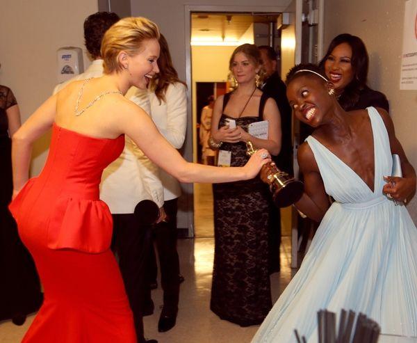 Jennifer Lawrence tenta roubar a estatueta da Lupita