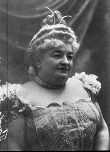 Emilia Pardo Bazán (1851-1921) está considerada la mejor novelista española del siglo XIX y una de las escritoras más destacadas de nuestra historia literaria. Además de novelas y cuentos, escribió libros de viajes, obras dramáticas, composiciones poéticas y numerosísimas colaboraciones periodísticas, a través de las cuales su presencia fue constante en la España de su tiempo.