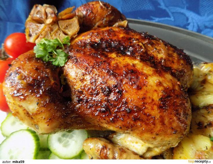 Pomalu pečené kuře v pečícím sáčku na cibuli: Omyté a osušené kuře okořeníme a pokapeme pár kapkami šťávy z citronu. Cibuli a mrkev očistíme a nakrájíme na klínky.Máslo rozpustíme a kuře...