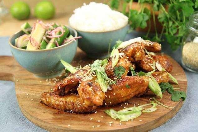 För dig som föredrar drag i maten så kommer du älska dessa kycklingvingar från Donal Skehan. Glazen har härliga smaker från ingefära, siracha och lite lime.