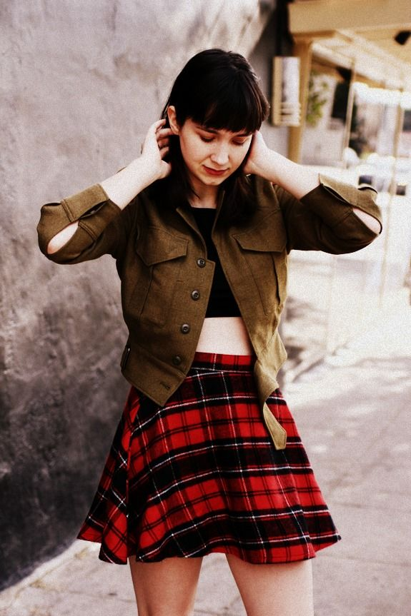 Minnie from The Stylish Wanderer blog wears the Plaid Circle Skirt by #AmericanApparel #Bloggers #TheStylishWanderer
